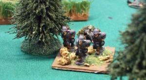 Deutsche Infanterie hetzt durch den Wald